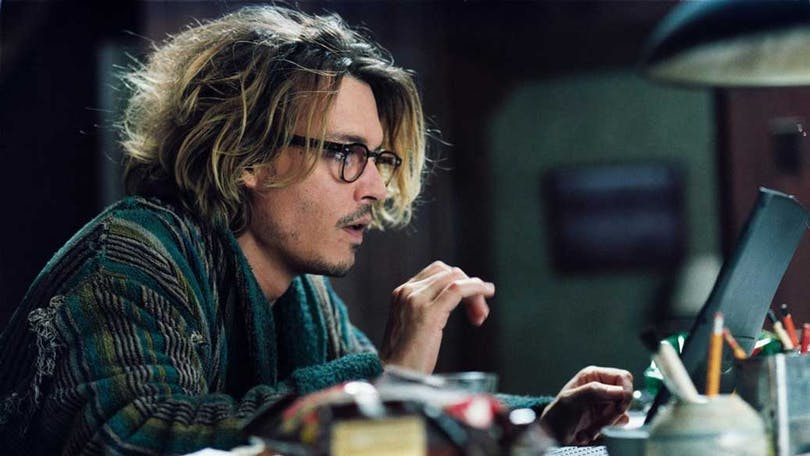 Johnny Depp sitter vid sitt skrivbord i Secret Window