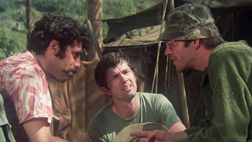 Skådespelarna diskuterar sitt manus i Mash av Robert Altman