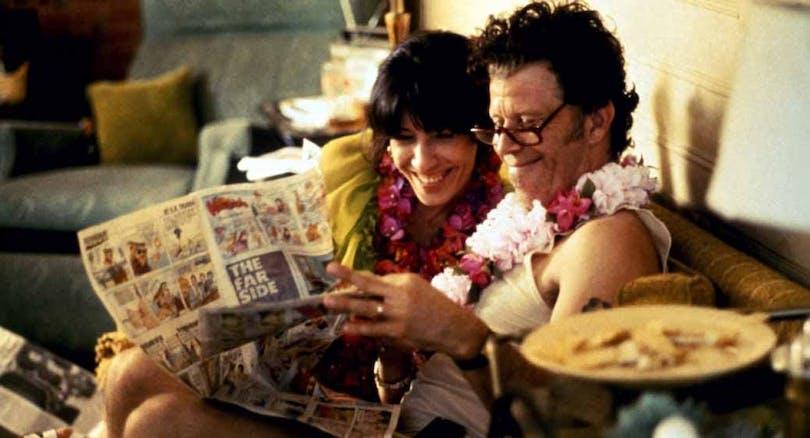 Ett par sitter i en soffa och kollar tidningen i Short Cuts av Robert Altman