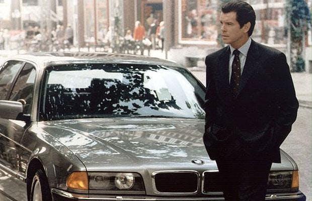 Pierce Brosnan framför en BMW 750.
