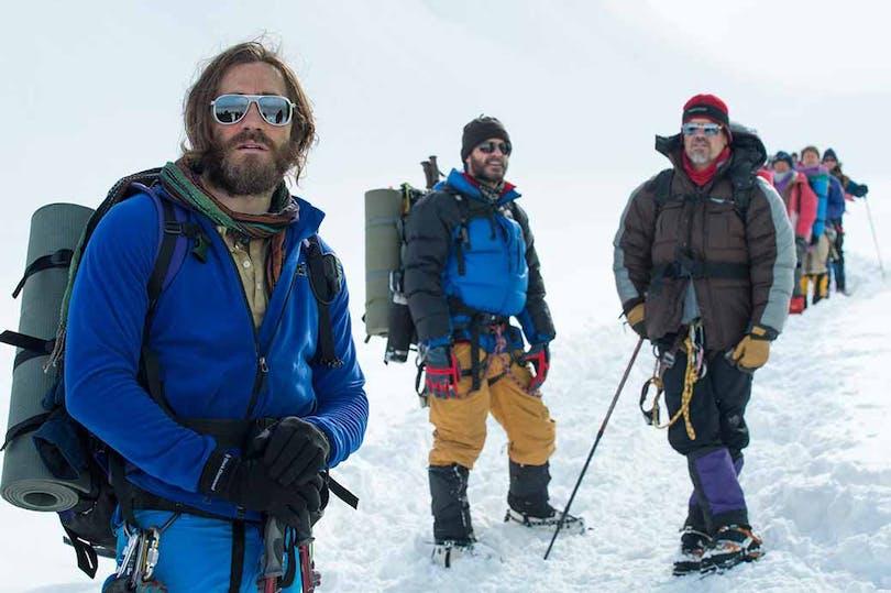 En del av expeditionen i Everest står i en snörik miljö.