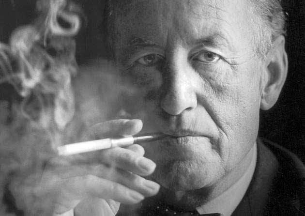 Ian Fleming bakom ett moln av cigarettrök.