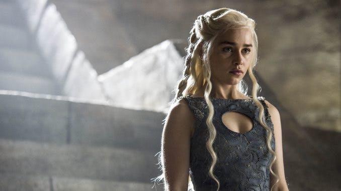 "Daenerys Targaryen ""Khaleesi"" står framför en stentrappa i Game of Thrones."