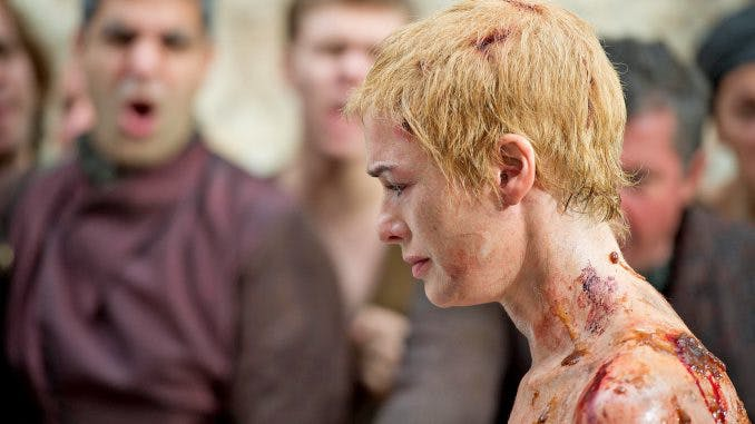 Cersei Lannister gör botgång genom att gå naken längs gatorna.