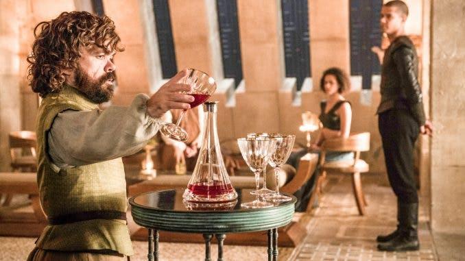 Tyrion Lannister häller upp vin.