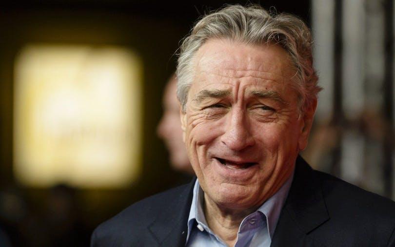 Robert De Niro skrattar.