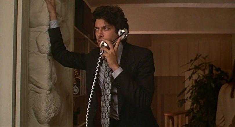 Jeff Goldblum pratar i telefon i Annie Hall