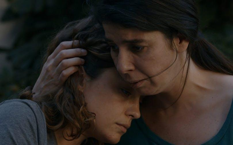 """Mor och dotter håller om varandra i """"Paulina"""""""