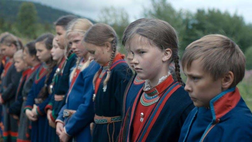 """Stillbild på samiska skolbarn i """"Sameblod"""""""