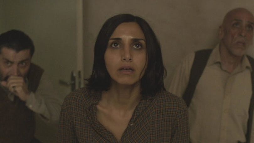 Karaktärerna i filmen ser skräckslagna ut.
