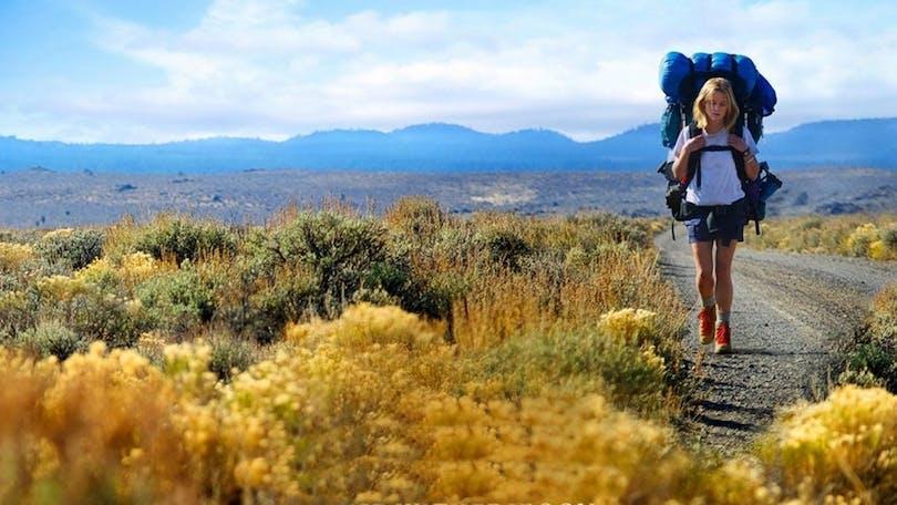 Reese Witherspoon vandrar i ett öppet landskap i Wild.