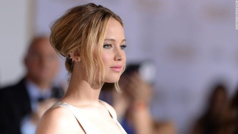 Jennifer Lawrence tar emot pressen