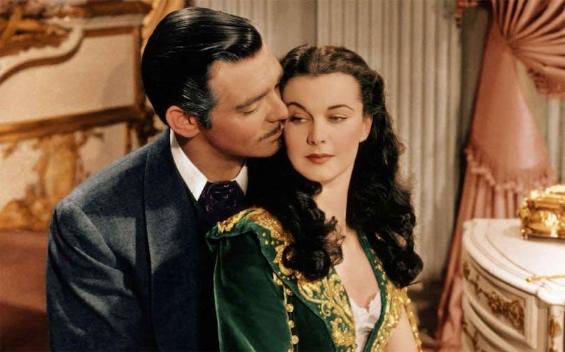 """Clark Gable och Vivien Leigh håller om varandra i """"Borta med vinden"""". En film som ständigt klassas som en av de bästa filmerna i historien."""