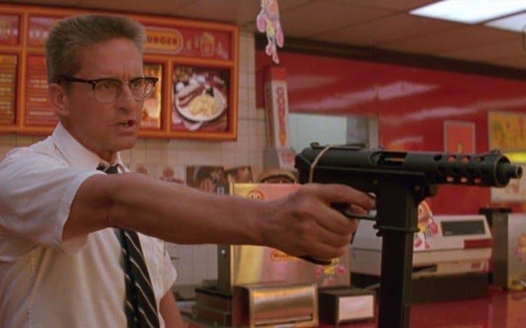 Michael Douglas med k-pist i hamburgerrestaurang