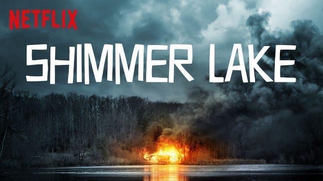 Poster till Shimmer Lake. Brinnande hus på andra sidan en sjö