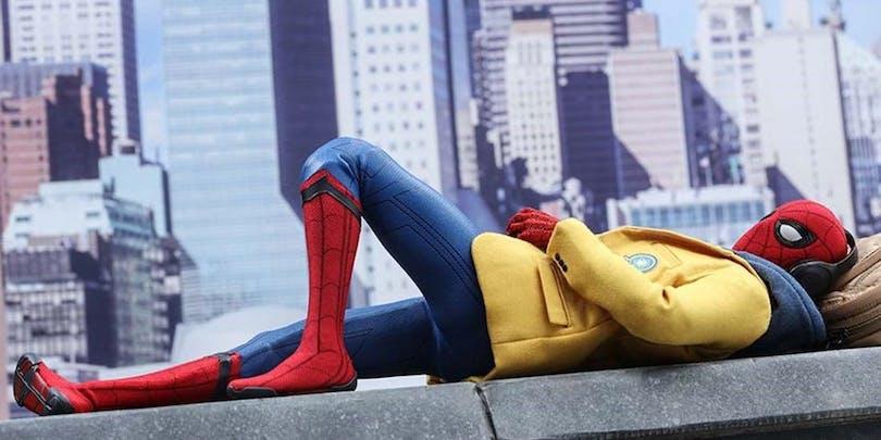 """Spider-Man softar på vad som kan vara ett hustak. Bilden är från filmen """"Spider-Man Homecoming"""""""