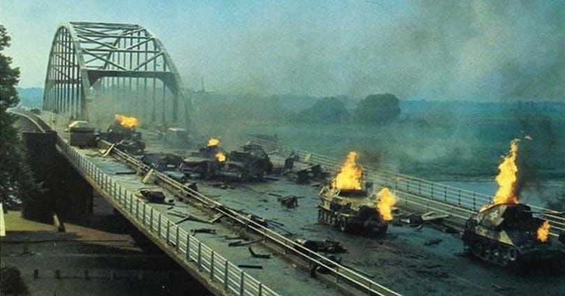 Från En bro för mycket. En bro med söndersprängda pansarfordon på efter en hård strid.