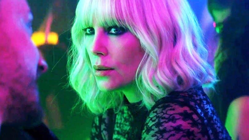 """Charlize Theron sitter i en bar i """"Atomic Blonde"""""""