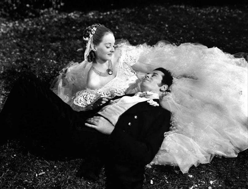 """Henry Fonda ligger med huvudet i Betty Davis knä i """"Jezebel"""""""