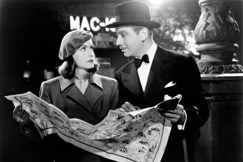"""Greta Garbo håller i en karta och frågar om vägen i """"Ninotchka"""""""
