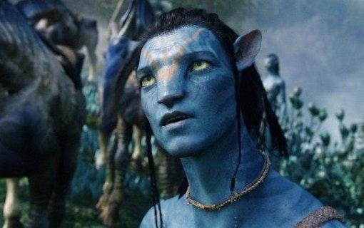 Josh Brolin delar ut ett par kängor till James Cameron