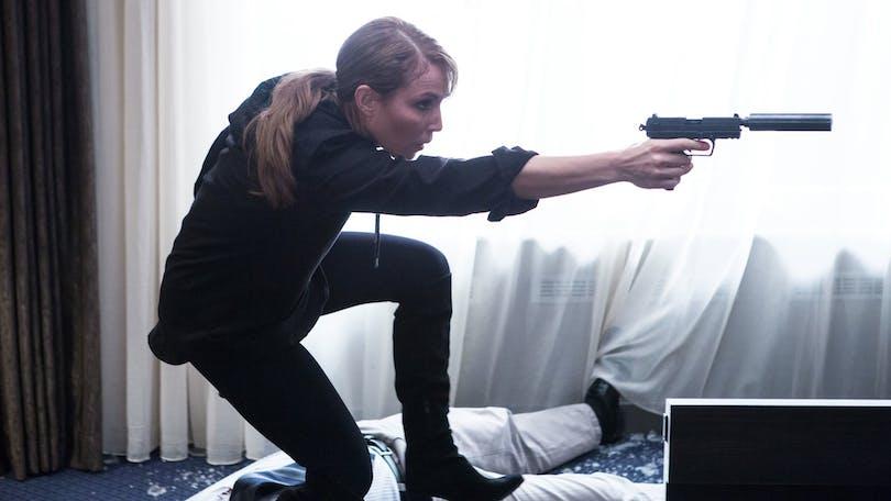Noomi Rapace karaktär riktar en pistol
