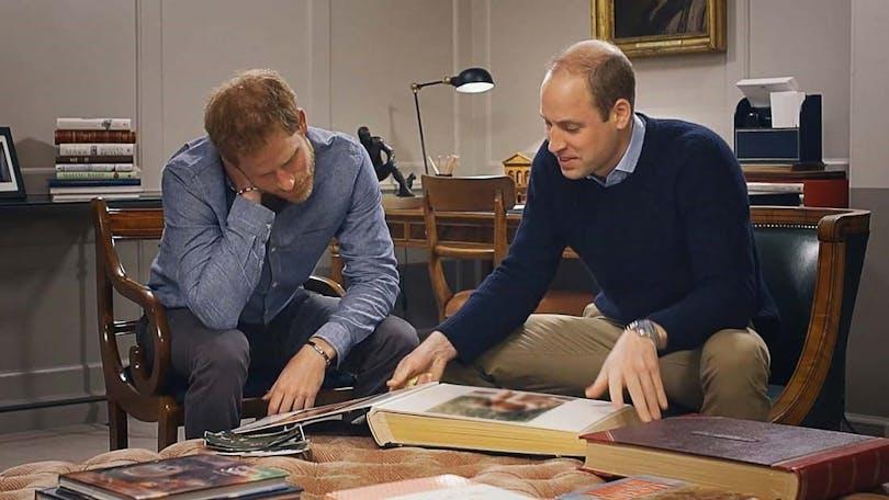Prins Harry och prins William bläddrar i ett fotoalbum