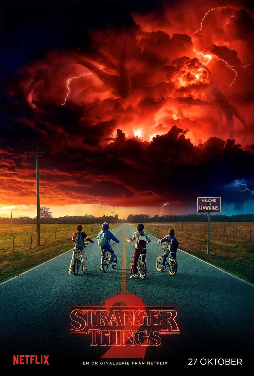 De fyra killarna från Stranger Things säsong 2 beskådar ett mörkt noln och ett gigantiskt monster som skymtas i det.