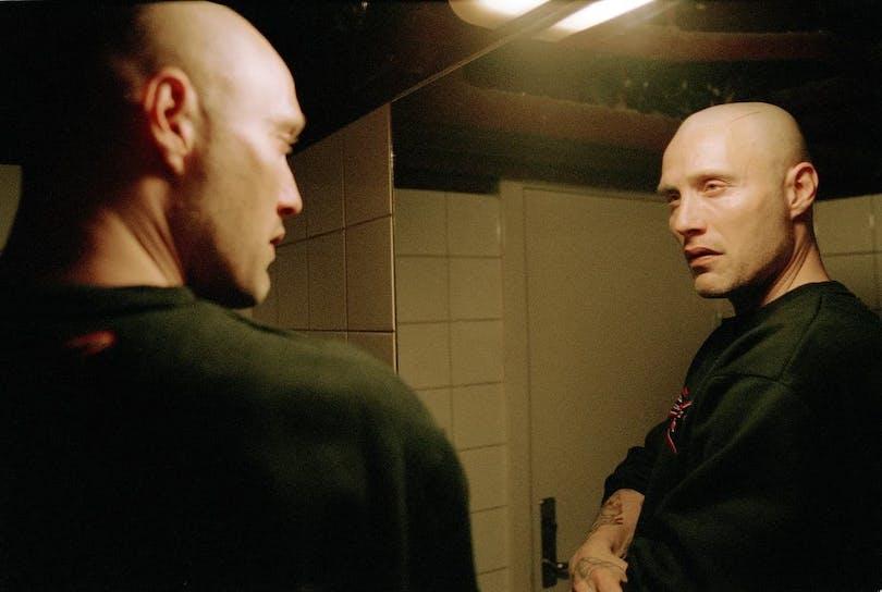 Mads Mikkelsen ser sig i spegeln