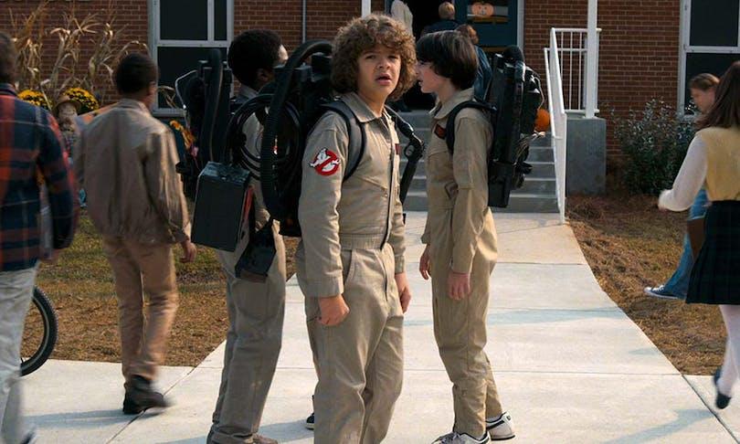 """Grabbarna i """"Stranger Things"""" säsong 2, står utklädda till Ghostbusters,"""