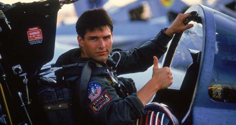 """Tom Cruise gör tummen upp i ett flygplan i """"Top Gun"""". Snart kommer karaktären Maverick tillbaka i """"Top Gun 2"""""""