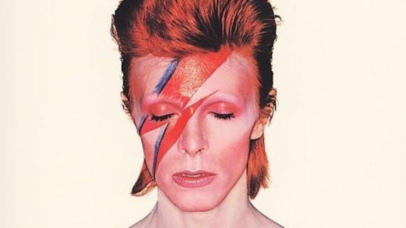 En bild på sminkad David Bowie