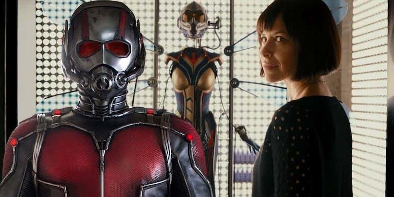 """The Wasp står framför sin dräkt i """"Ant-Man"""""""
