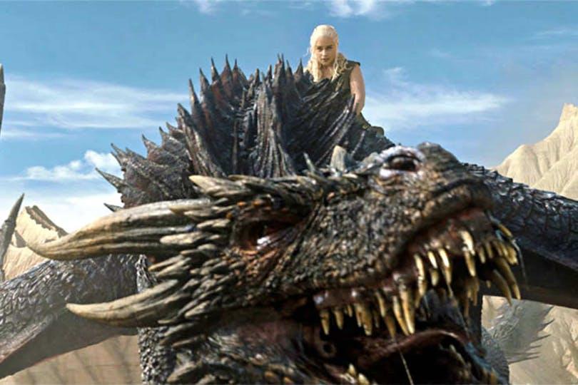Emilia Clarke på drake i Game of Thrones