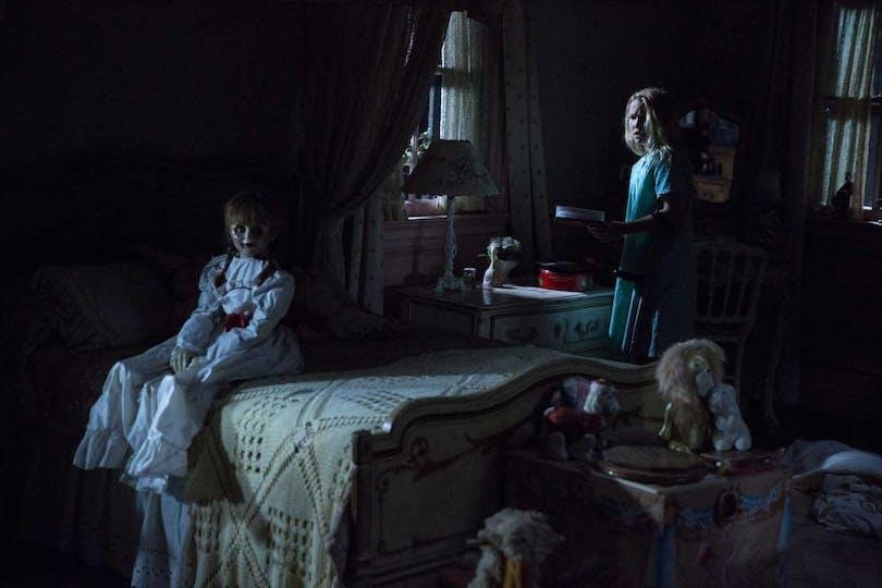 """Skräckdockan Annabelle stirrar in i kameran i """"Annabelle: Creation"""""""