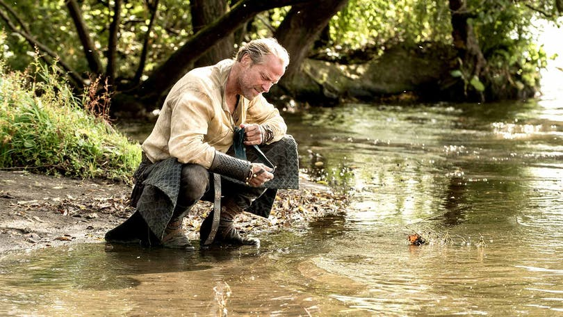 Jorah Mormont tittar ned på vattnet