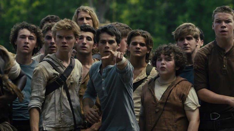 Hela gänget från The Maze Runner står och tittar i riktningen som Thomas (O'Brien) pekar åt, vilket är rakt mot oss