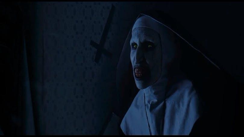 Nunnan, känd från Conjuring, får nu egen film. På bilden syns nunnan till höger, till vänster om henne syns en vägg med ett upp-och-nedvänt kort.