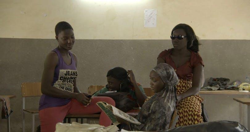Från Ouaga Girls. Några av kvinnorna sitter utspridda i klassrummet och pratar.