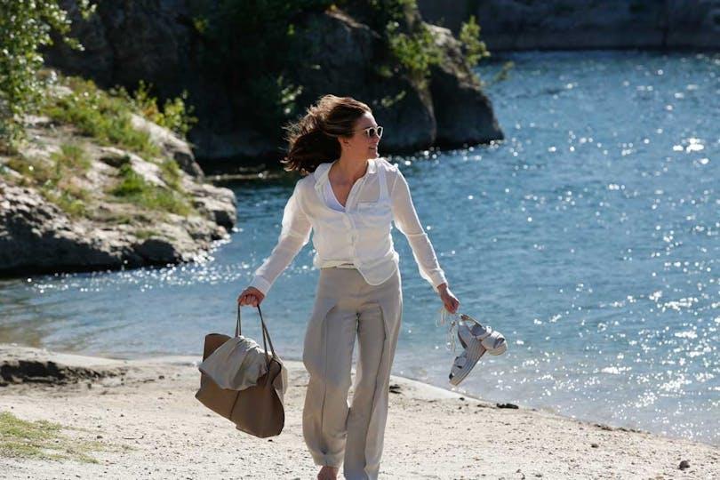 Diane Lane går på stranden i Paris Can Wait av Eleanor Coppola