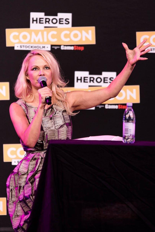 Pamela Anderson på scenen på Comic Con i Stockholm
