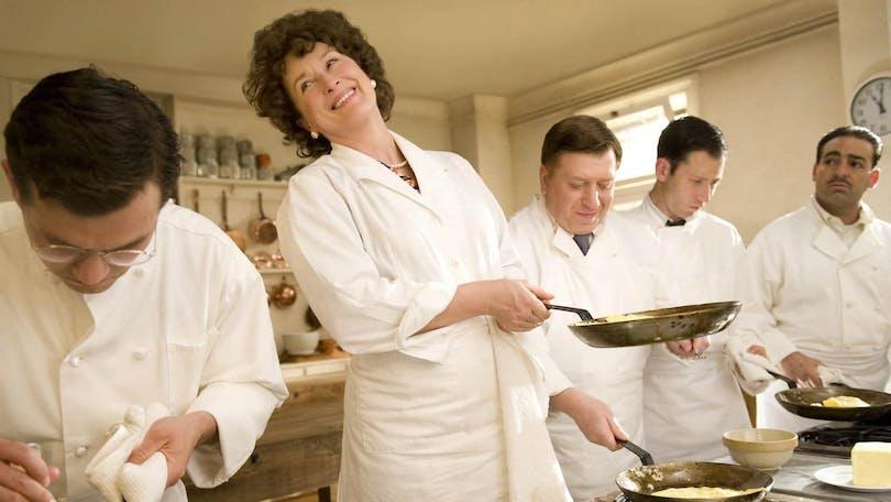 Från Julie & Julia. Flera kockar står på rad och lagar mat.