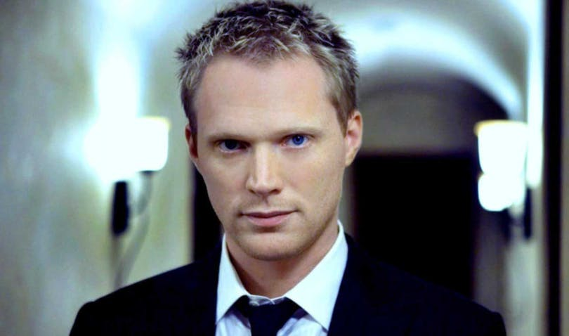 Paul Bettany i kostym