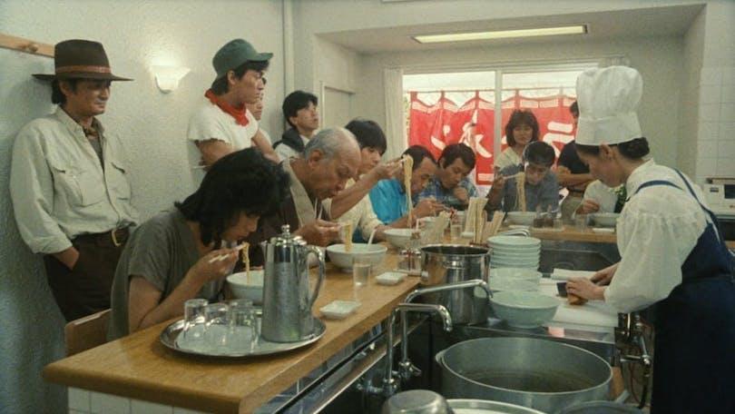 Från den japanska filmen Tampopo. Folk sitter och äter mat på en restaurang.