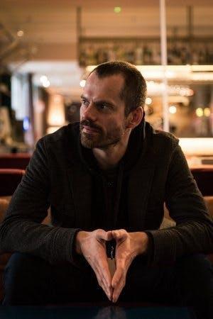 Thomas Aske Berg sitter i lobbyn på ett hotell