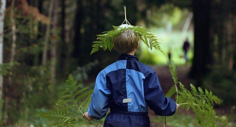 Barn leker i skogen i dokumentärfilmen Barndom