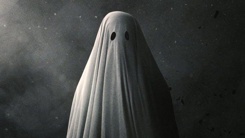 Casey Affleck som spöke i A Ghost Story. Spöket får ses som ett av filmvärldens mest ikoniska filmmonster.
