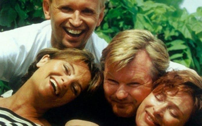 Från Ogifta par. Fyra personer håller om varandra och ler.