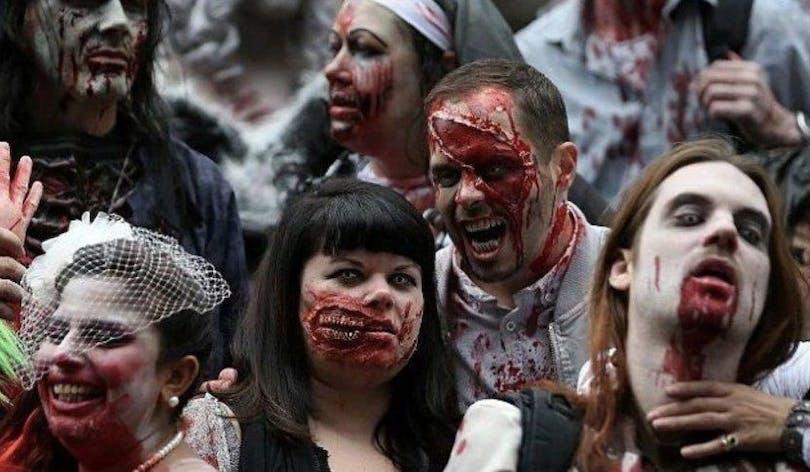 En grupp människor utklädda till zombies i London.