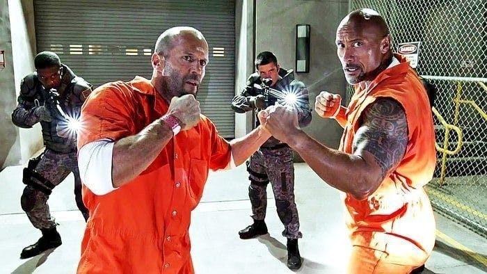 Jason Statham och Dwayne Johnson i fängelsedräkter